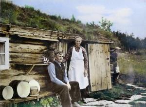 Elling og Gunnhild Øvergård utenfor det gamle seterhuset i Galådalen. De var begge født på 1870-tallet, og døde i 1967 da Jan Erik var 12 år.