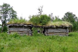 Hopløe er ei dobbel løe. At de ikke bygde ei stor løe i stedet har nok å gjøre med lengden på bjørka i disse traktene.