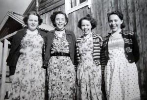 Magna (Midtdal) Strand, Marie Langøien, Sigrunn Midtdal, Emma (Midtdal) Øvergård. Fra Leif Grådals konfirmasjon, ca 1953.