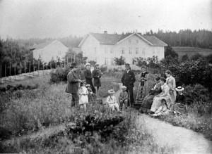 Sorenskriver Johan Christian Røder Scheel og deler av hans store familie som bodde på Skrivergården fra 1877 til 1898. Signe Scheel står bak sin mor Christiane Marie Mathilde Bay Scheel til venstre. FOTO: MJØSMUSEET