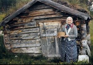 Gunhild Øvergård, Jan Eriks oldemor, foran det gamle seterhuset i Galådalen.