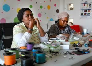 Kvinner rammet av HIV/AIDS har fått ny mening i livet, der de møysommelig lager enkle smykker av bittesmå fargeperler.